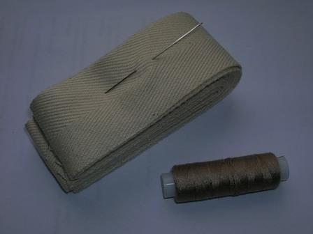 Лента для обработки краёв коврика, нитки и иголка
